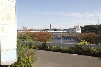 2016年11月12日、横浜羽沢貨物駅バス停、公道から見えた輸送途中の西武40102F。