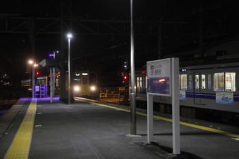 2016年12月13日 17時41分頃、西所沢、所沢方から2番ホームへ到着する2513Fの下り回送列車。 右側の1番ホームに停車中は6153F回送列車、奥の引き上げ線には6190レで到着した2077F。