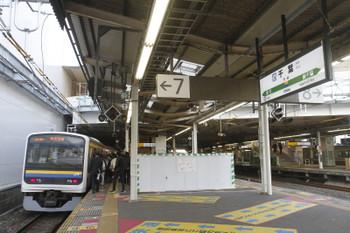 2016年12月13日、千葉、7番ホームに上り列車が到着。