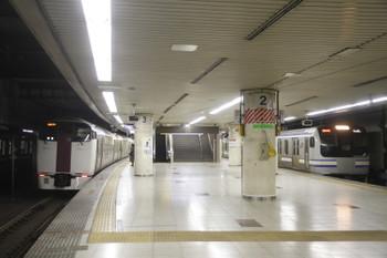 2016年12月13日 8時20分頃、東京、左がクモハ215-103ほか。