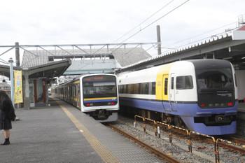 2016年12月13日 12時50分頃、銚子、発車した356Mの209系4連と1時間半ほど休憩の255系「しおさい」10号。