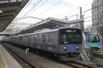 2016年11月20日 15時13分頃、清瀬、4番ホーム停車中の40101F試運転列車を20152Fの4307レが追い抜き。
