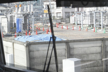 2016年12月4日、ひばりヶ丘~東久留米駅間、線路脇の工事中の変電所。