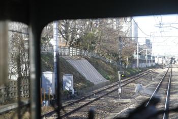 2016年12月17日、秋津~所沢駅間、左側の雑草のない法面部分が豪雨被害箇所。