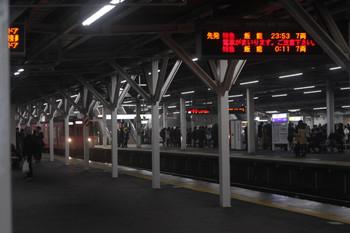 2016年12月22日 23時54分頃、所沢、3番ホームを通過する91010Fの上り回送列車(奥)。手前の4番ホーム発車案内には0時11分発の臨時特急の表示が出ています。