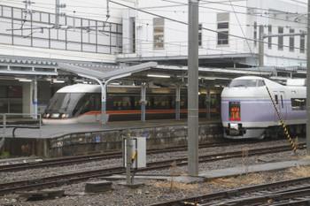 2016年12月27日 11時9分頃、松本、JR東海373系の下り特急「しなの」号とJR東日本E351系の上り特急「あずさ」号。