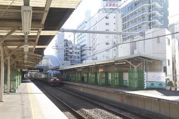 2016年12月30日、椎名町、耐震補強工事中のホーム屋根と20158F。