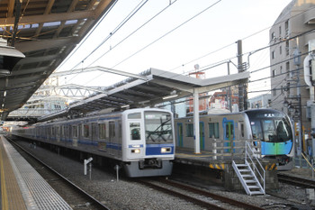 2017年1月4日、清瀬、6158Fの1711レに追い抜かれる40101F下り試運転列車。