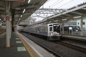 2017年1月8日、清瀬、10102Fの下り回送列車を追い抜く6157Fの1813レ。