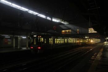 2016年12月28日 6時32分頃、糸魚川、直江津方から2番ホームへ入線した521系2+2連と中線で準備中の413系3連。