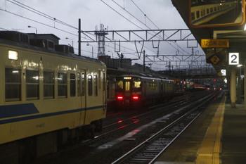 2016年12月28日 6時54分頃、糸魚川、中線の413系と発車した2連の1623D(右奥)。