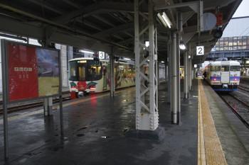 2016年12月28日 7時28分頃、糸魚川、2番ホームに停車中の413系高岡ゆき534Mと、3番ホームに到着する1628D。