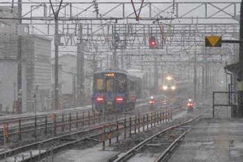 2016年12月28日 7時46分頃、糸魚川、1番ホームから発車した単行の1625Dと待機中の485系。
