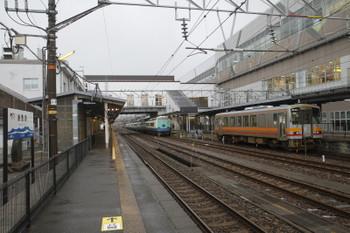 2016年12月28日 7時51分頃、糸魚川、2番ホームに停車中のJR485系の8621M・快速 新潟ゆき。手前は大糸線のキハ120形。