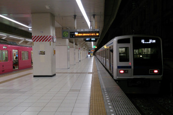 2017年1月16日 6時12分、池袋、7番ホームから発車した6108Fの下り回送列車。左は2102レだった9101F(無地ピンク)。