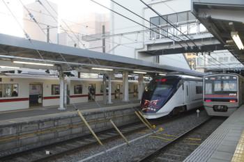 2017年1月1日 15時40分頃、京成津田沼、都営車の快速 西馬込ゆきを追い抜く「シティライナー(成田山開運号)」。
