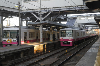 2017年1月1日 15時44分頃、京成津田沼、左端が「謹賀新年」ヘッドマークの8811編成。