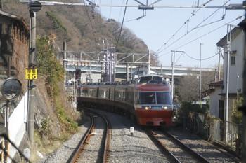 2017年1月4日 12時51分頃、風祭、上り列車の車内から小田急7000形下り特急を撮影。