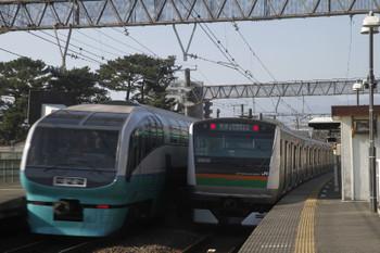 2017年1月4日 10時33分頃、国府津、251系下り特急「スーパービュー踊り子3号」に追い抜かれるE233系普通列車。
