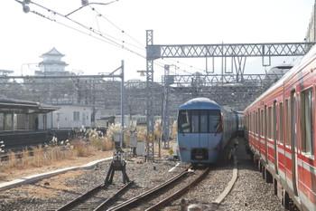 2017年1月4日 10時52分頃、小田原、発車した60000形6両編成の下り特急「はこね11号」と区間運転用の赤色1000形。