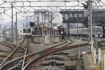 2017年1月8日 12時4分頃、西武秩父、右から1番ホームの10103F・26レ、2番ホームのSL列車、4021Fの5030レ。