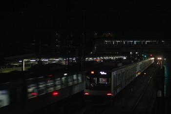 2017年2月6日 19時8分頃、仏子、中線で特急を待避する東急4102F代走の02S運用・上り回送列車。