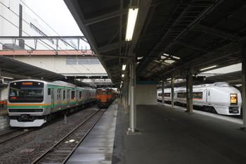 2017年1月9日 8時11分頃、高崎、E231系・115系と発車した651系の4004M。