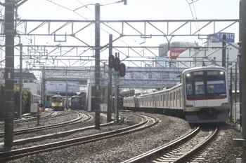 2017年1月21日 12時0分頃、所沢、新秋津駅へ向かう263F+1249Fと、東急4106Fの1712レがほぼ同時に発車。