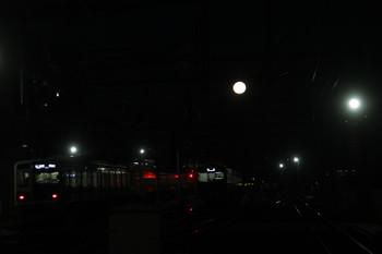 2017年2月11日、石神井公園、6番線で待機する「回送」表示の20151Fの上に満月?。その左は6110Fの6501レ。