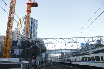 2017年2月12日 7時1分頃、池袋、駅東側の高層クレーンと到着する4001F+4005Fの上り回送列車。