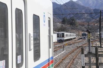 2017年2月19日 12時43分頃、横瀬、左から(<-飯能)4007F+4017Fの5032レ、電留線から出てくる4011F、臨時特急列車で秩父へやって来て夕方まで昼寝の10103F。