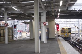 2017年2月24日 16時49分頃、所沢、4番ホームから発車した9105Fの2163レ。左は5番ホームで追い抜かれたメトロ7005Fの6537レ。