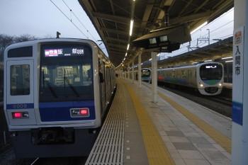 2017年2月26日 17時31分頃、入間市、左から、2番ホームから発車の6109Fの1717レ、追い抜かれる38104Fの2153レ、発車した38110Fの1002レ。