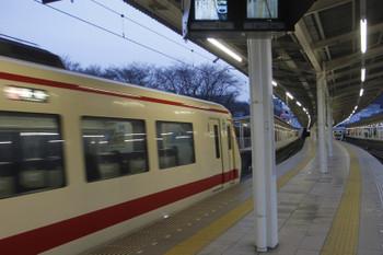2017年2月26日 17時32分ころ、入間市、到着する10105Fの25レ。2153レがまだ駅を抜け出ていないので25レはいつにも増してゆっくり到着。
