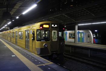2017年1月28日 18時2分頃、小手指、3番ホームから発車した9104Fの遅れの急行 飯能ゆきと1番ホームから入庫する40101Fの試運転列車。