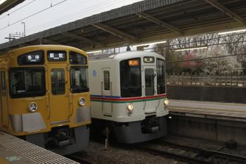 2017年3月5日、入間市、4003Fほかの2002レ(右)と2085Fの5121レ。