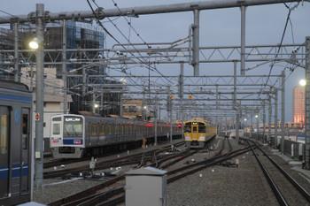 2017年3月12日、石神井公園、発車した6113Fの6501レと6番線で発車待ちの2077F。