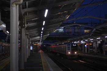 2017年3月16日 5時36分頃、清瀬、引き上げ線から4番ホームへ入った東急5122F(左)と2番ホームへ到着する6108Fの上り回送列車。