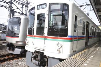 2017年3月25日 8時55分頃、飯能、1番ホームに停車中の1003レの横にすべり込む東急4106Fの上り回送列車。