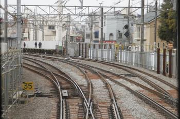 2017年2月18日、沼袋、駅の新宿方。下り列車から撮影。
