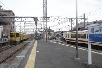 2017年3月25日、西所沢、発車した9104Fの2162レと発車待ちの10105Fの臨時特急。