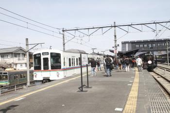 2017年3月25日 11時33分ころ、西武秩父、4015Fの5019レと出発を待つSL列車。