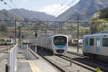 2017年4月23日 13時20分頃、横瀬、飯能方から直接 2番ホーム横の電留線へ入る38109Fの下り回送列車。その右横に留置は40101F。奥には廃車となった2000系も見えます。