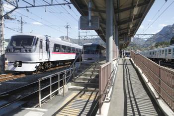2017年4月23日 14時29分頃、横瀬、左から発車を待つ10109F回送・10109Fの30レ・到着する20153Fの5031レ。