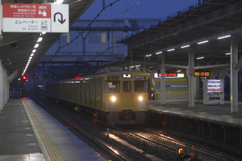 2017年4月1日 5時29分頃、所沢、2番ホームを通過する2000系6連の上り回送列車。