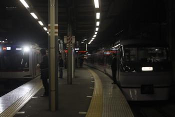 2017年4月5日  18時47分頃、ひばりヶ丘、10111Fの下り回送列車の横に到着する東急4109Fの54Kの3705レ(8分遅れ)。