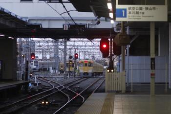 2017年4月10日 5時30分頃、所沢、2番線を通過した2021Fの上り回送列車(右)と電留線に寝る6153F・2077F。
