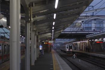 2017年4月11日 5時35分頃、清瀬、まだ通電中の東急5119Fと2番ホームへ到着する6107Fの上り回送列車。