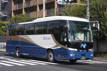2017年4月19日 8時34分頃、高田馬場駅近くの新目白通り、西武バス。