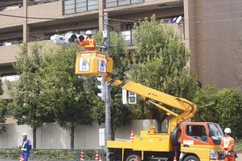 2017年4月20日 お昼、高田馬場駅近くの新目白通り、高所作業車で信号を掃除。